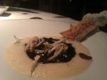 2013 Salmonete con cristales de escamas comestibles, brotes de soja, sémola de trigo y sépia